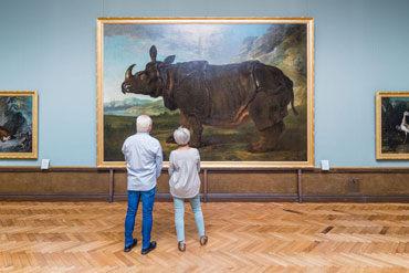 An elderly couple viewing a painting in the Staatliches Museum Schwerin